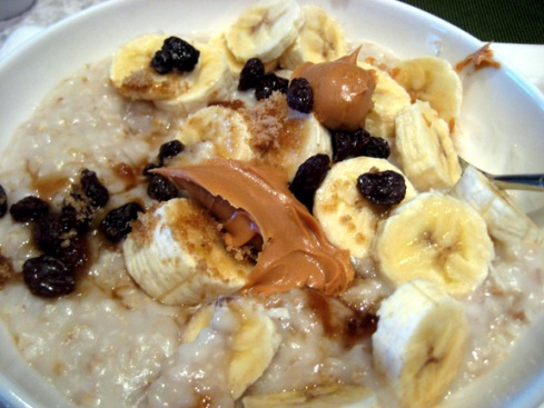 Oatmeal with bananas, raisons and peanut butter